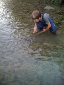 Le jeune Théo avec une belle truite !